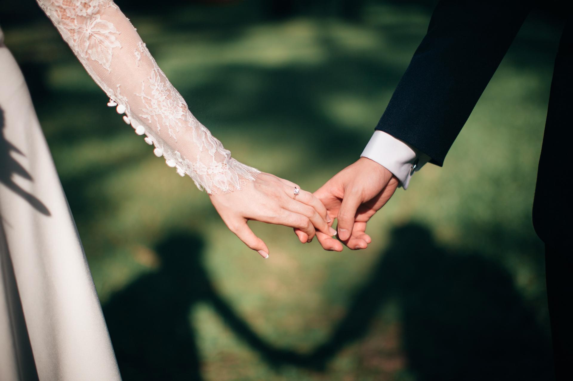 ślub para młoda samochód do ślubu auto do ślubu luksusowy mercedes