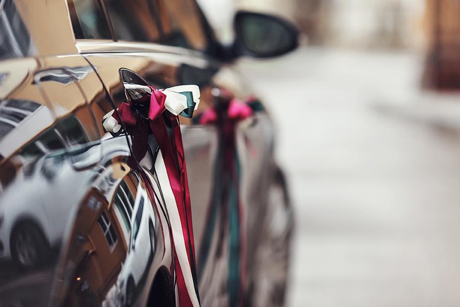 dekoracja samochodu na ślub, auto na ślub z dekoracją